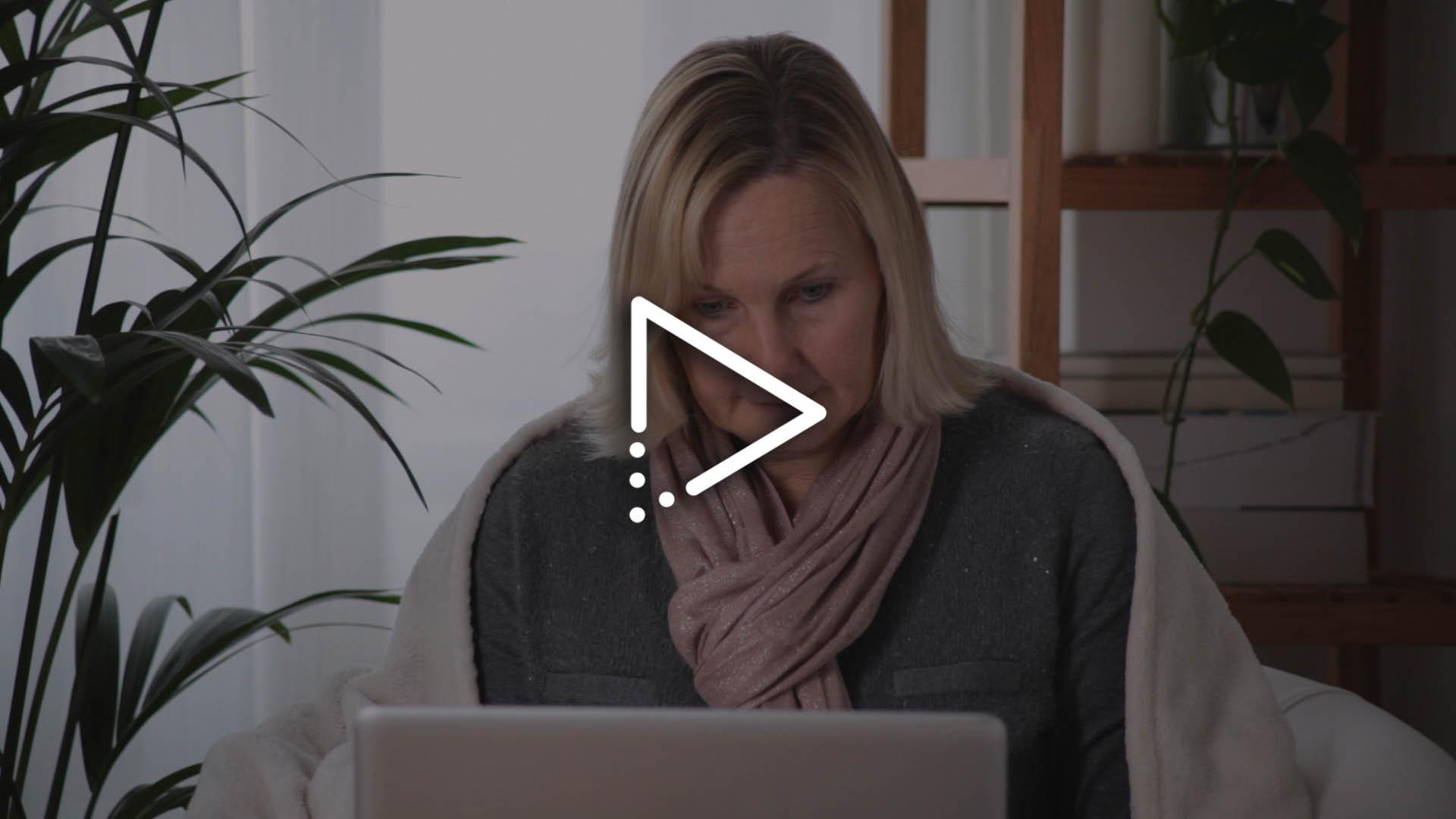 Kunde zu Hause am PC